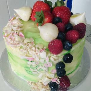 Gin and Tonic cake with fresh fruits and mini meringes
